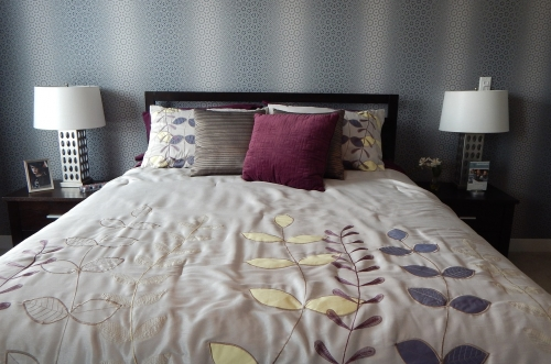 Interesting wall paper design and bed colour palette