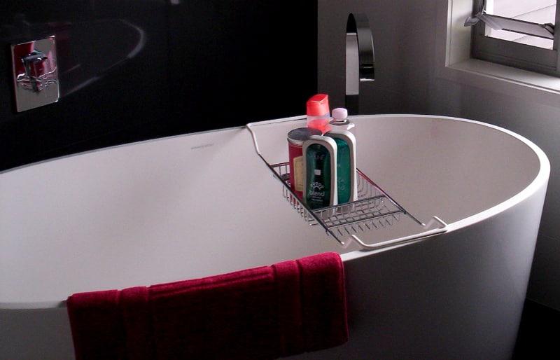 Bathtub battle free standing vs built in for Freestanding tub vs built in