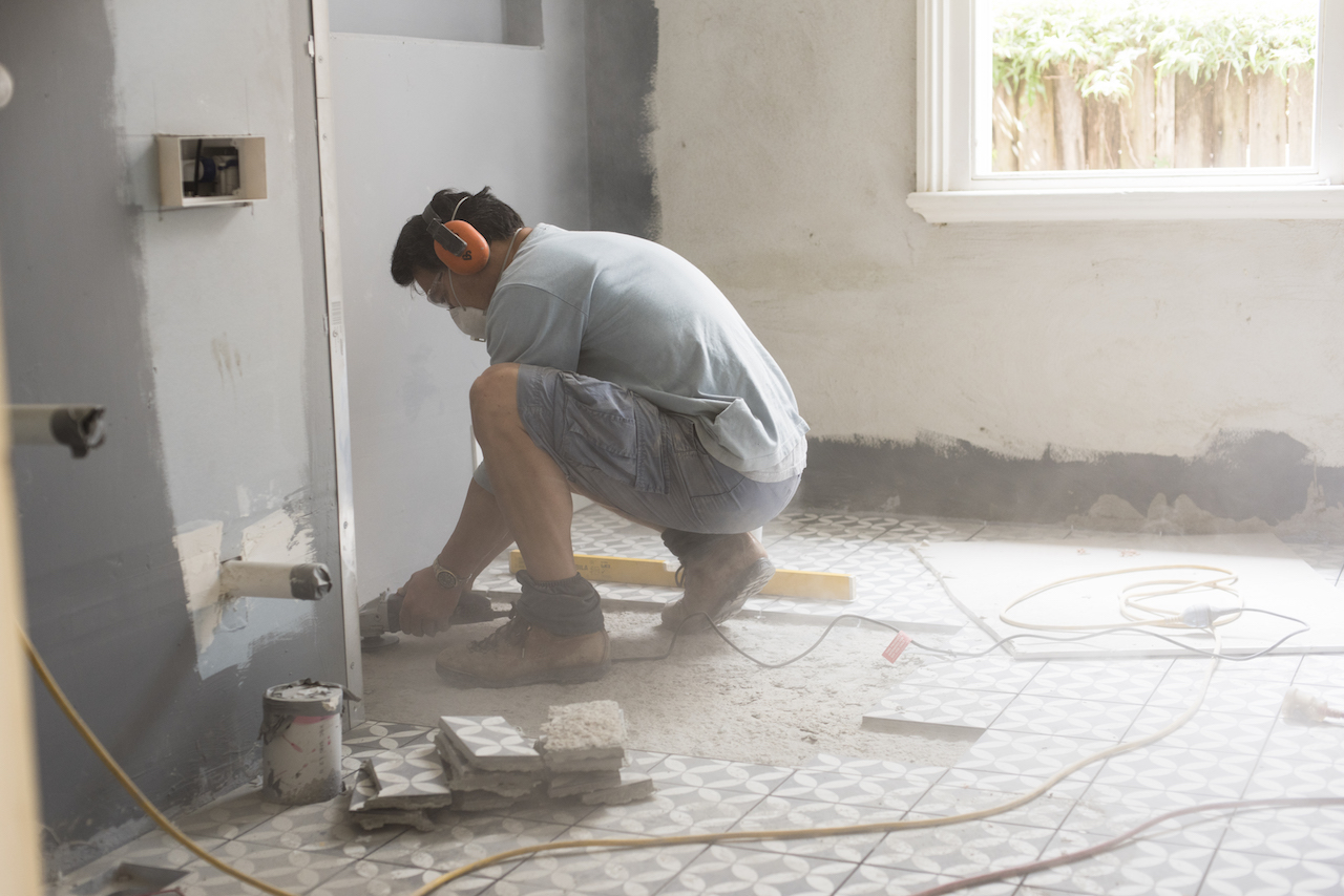 Grinding the bathroom floor in preparation for tiling