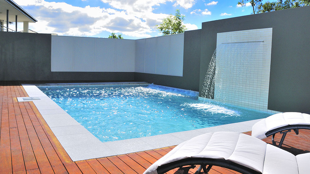 Enclosed swimming pool with water feature